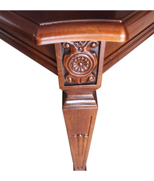 Klassischer Tisch mit Schnitzarbeit