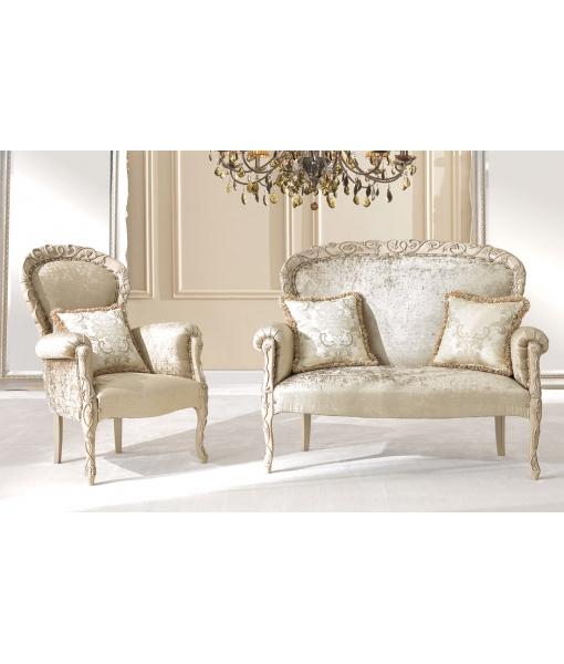 Sessel mit Schnitzerei und Sofa klassisch