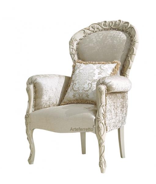 Sessel mit Schnitzerei und Kissen