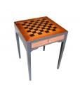 Tisch mit Schachbrett